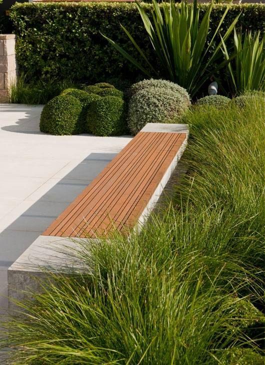 Gartengestaltung beton holz sitzbank ziergräser buchsbaum kugeln