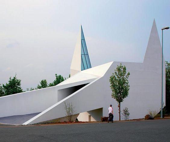 schneider + schumacher hanno costruito una chiesa, lungo l'autostrada A 45 in Germania, che dall'esterno somiglia alla sagoma stilizzata di una chiesa tradizionale. LEGGI >>>http://bit.ly/1rASPJE