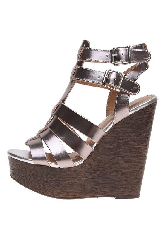 Las sandalias metálicas son las ideales para el verano.