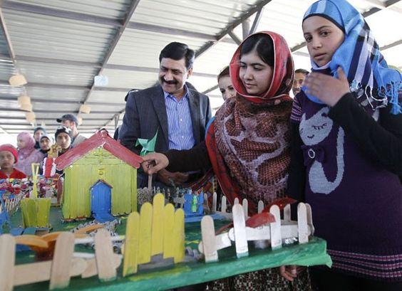 Malala visita escola com crianças sírias em campo de refugiados (Foto: AFP)