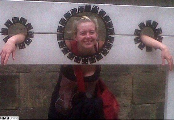 Museu do Castelo de York, na Inglaterra, foi visitado por uma família e, anos depois, eles revelaram as fotos tiradas no dia da visita e apareceu uma meninas. que não estava lá.