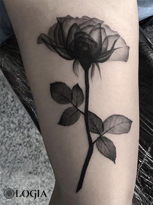 Tatuajes De Rosas Para Sant Jordi Logia Tattoo Barcelona Tatuaje De Rosa Realista Tatuajes De Rosas Tatuajes De Flor Negra