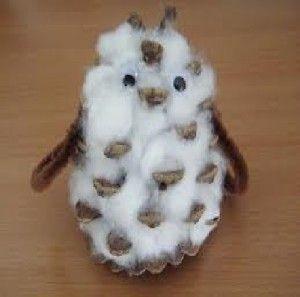 Petite chouette en pomme de pin avec du coton des yeux - Creation avec des pommes de pin ...
