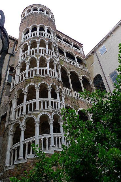 Escala Contarini del Bobolo (venezia) Lástima de la pedazo de zanja que había cuando fui....