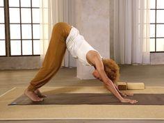 """In einem Ausschnitt aus der BRIGITTE Fitness-DVD """"Yoga"""" zeigt euch Fitness-Experten Diarra Diop, wie man den Sonnengruß macht. Optimal zum Einstieg oder als Wiederauffrischung."""
