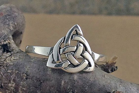 Il mio anello nodo celtico Trinità è stato creato in argento massiccio. Il design è che un tridimensionale intrecciato nodo Trinity. Il volto
