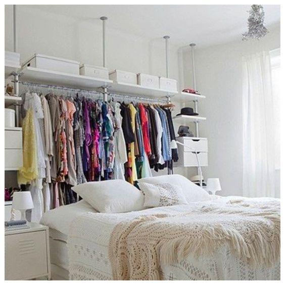 Sempre conseguimos melhorar nosso espaços e a decoração! Closet Improvisado atrás da cama!