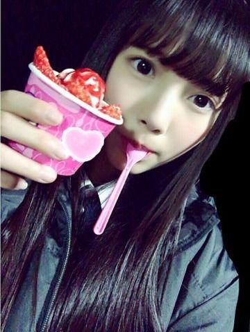 アイスを食べる上村莉菜