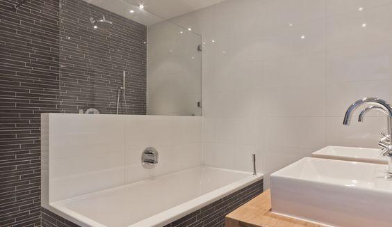Badkamer in westbeemster ruim ligbad met daarachter de inloopdouche badkamer pinterest - Badkamer met ligbad ...