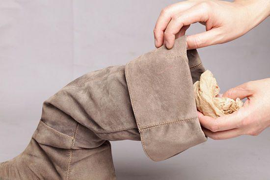 Si tus zapatos de gamuza se mojaron, ¡llénalos con periódico! Así no perderán su forma. #PlazaparTips