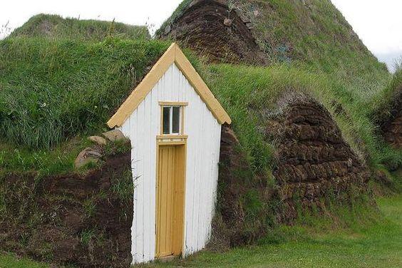 Bis ins 19. Jahrhundert waren Gras-Soden-Häuser typisch für Island. In Glaumbær, im Norden Islands, zeigt ein Museum, wie die Isländer früher lebten. Häuser, deren Dächer mit Gras bewachsen sind; Rechte: Christoph Teves