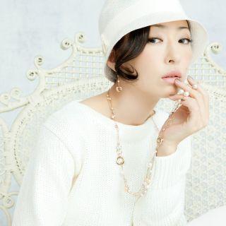 ホワイトコーデの松雪泰子