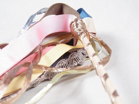 Pompón de cintas o lazos variadas, ideales para animar las fiestas, ólvidate de la servilleta! Para animar la salida de los novios de la ceremonia, etc. 24cm de palo   30cm cintas. Pedido mínimo 20 unidades. Ref. PO001