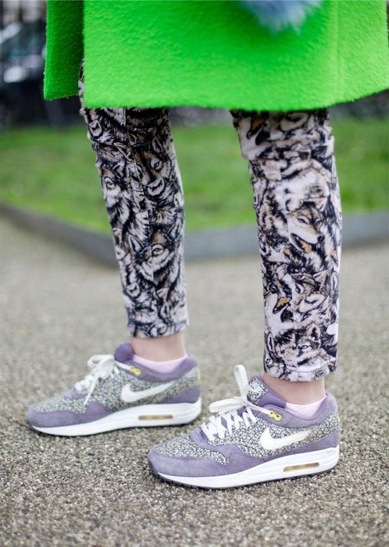 Explosion: Neon, Muster und Sneakers - das ist nicht nur bequem, sondern auch sehr trendy. #streetstyle #nikeairmax #airmax #nikeair #neon
