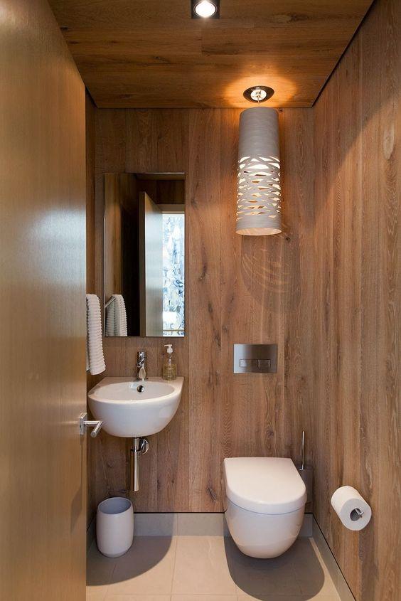 lavabo todo revestido em madeira, com um pendente divo