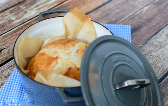 """Não há nada como o cheiro do pão quente que aromatiza a casa pela manhã. Costumamos fazer o nossopróprio pão, é fácil, econômico, saboroso e saudável. Aprendemos essa receita com a família Gaspar, querida família portuguesa que nos """"adotou"""" quando morávamos em Coimbra. Fazer este pão é realmente muito simpleseconsiste em4 procedimentos importantes: 1.Não é preciso amassar nada!Basta envolver todos os ingredientes gentilmente com uma colher, apenas o suficiente para a farinha…"""