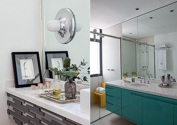 Lavabo: O espaço tem bancada com detalhes de madeira acinzentada e arandela, da Loja Teo | Banheiro: laca azul dá acabamento ao gabinete do local, que tem amplo espelho (Foto: Lufe Gomes)