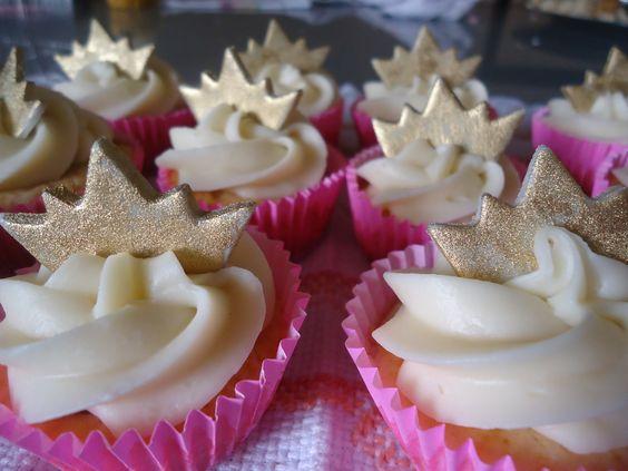 Cupcake tema princesa,  cobertura de ganache de chocolate branco,coroa dourada em pasta americana e recheio de leite ninho.