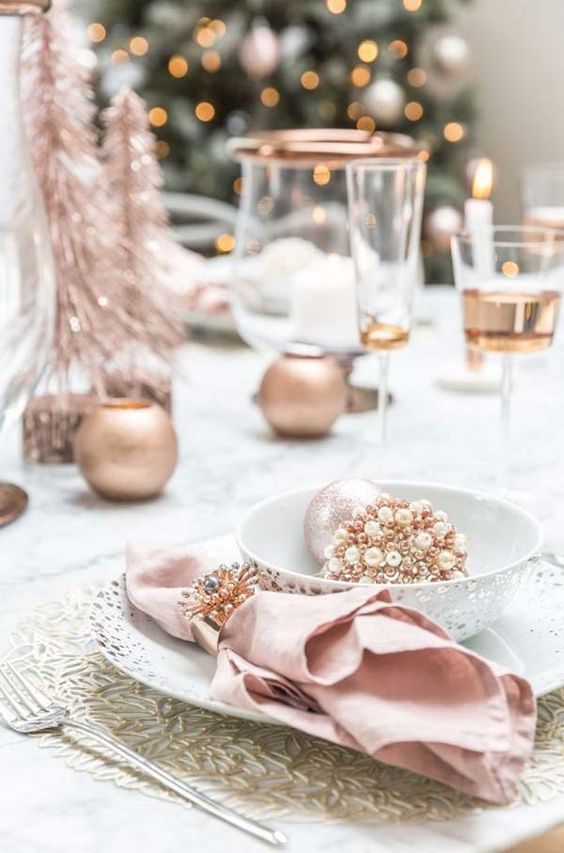 Christmas Table Setting In Rose Gold #rosegold #Christmas #Christmasdecor #rosegolddecor #decorhomeideas
