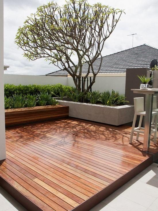terrasse garten holzboden betonmauer hecken pflanzen baum - gartenarchitektur