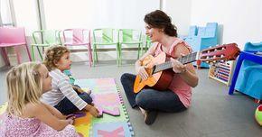 Como usar musicoterapia para ajudar crianças autistas. A música é uma forma de comunicação não ameaçadora e calmante para a criança autista. Como as crianças autistas são hipersensíveis aos estímulos externos, tendem a mostrar uma forte afinidade para ouvir música e tocar instrumentos musicais. A musicoterapia expande essa conexão ao usar a música como uma ferramenta de apoio para habilidades da fala ...