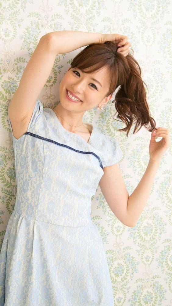 薄青い服を着ている皆藤愛子