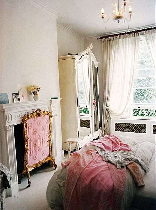 If I lived in France, and had lots o bucks, I would have this room