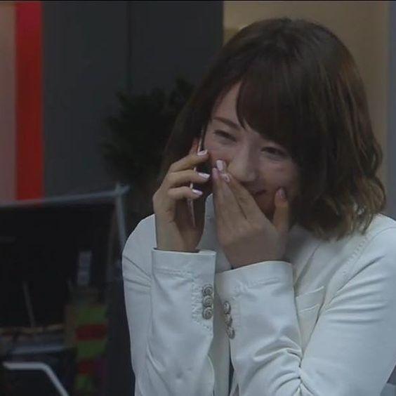 嬉しそうに電話をする木村文乃さん