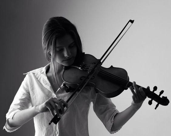 Hobbies e paixões. Sinta-se linda e seja você!  #vrebelfotografia #sintaselinda #studio #beauty #hobby #violin #violino
