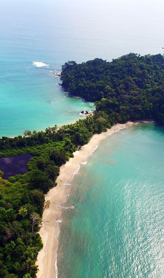 Playa Espadilla Norte, en el Parque Nacional Manuel Antonio, Costa Rica. Una de las más bellas playas del país