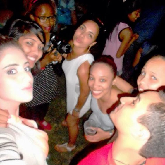 #pose #kisses #smiles #teeth #flash #snapshot #friends #durbanday .. My absolute fav pic with everyone in.. @roxannechloe @der @mishyj08 @merlin @jess @neo ... Under the stars.. Last to leave .
