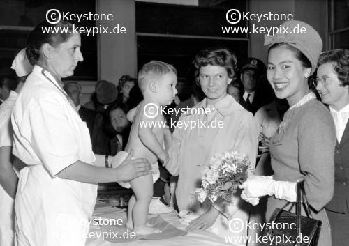 Königin SIRIKIT und Yvonne DE GAULLE in Paris, 1961