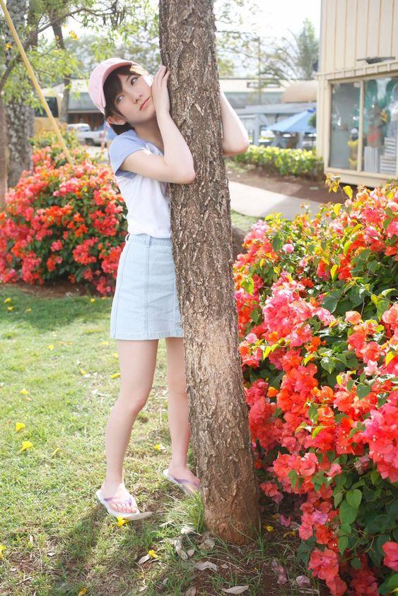 木に抱きつく岡田奈々