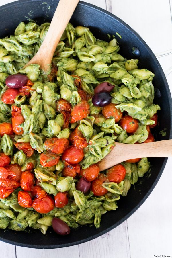 CREAMY Avocado Pesto Pasta with Burst Cherry Tomatoes. This #oilfree avocado pesto is an easy meal to make for dinner and is on the table in only 25 minutes. #Vegan #Pesto #Pasta #EasyMeals