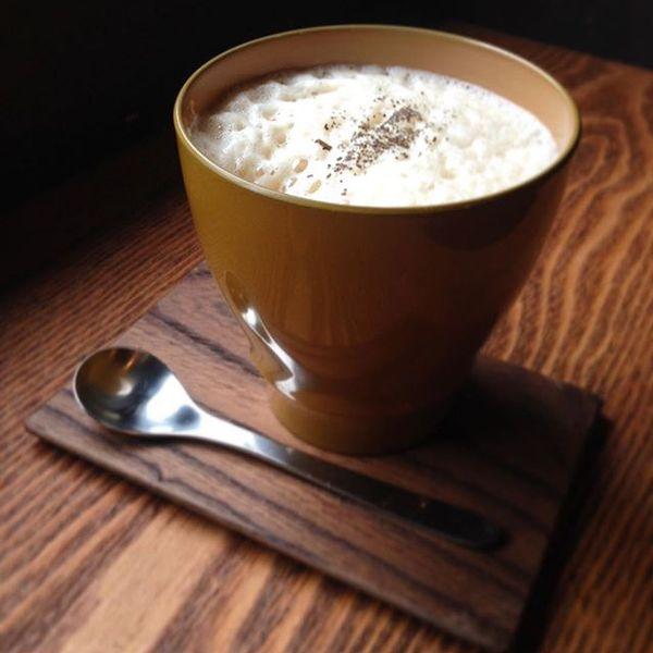 漆のカップでほうじ茶ラテ。 Fudanシリーズ_いつもかっぷ黄色   http://j-cocomo.jp