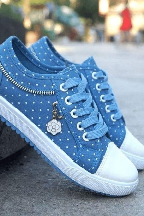 Blue polka-dot sneakers for walking, etc.