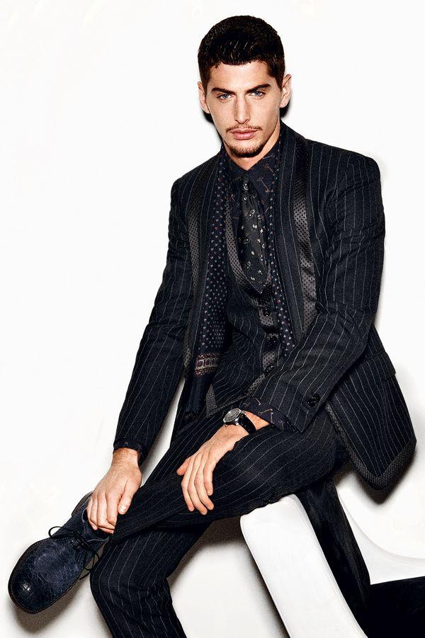ズバリ!黒スーツにどんなネクタイを合わせる!?オシャレな着こなし特集!