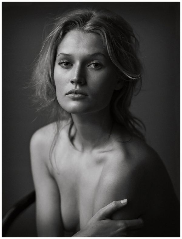 Nice example of Rembrandt lighting with classicaly-lit background in a simple portrait. Toni Garrn, German Vogue, June 2012 - Peter Lindbergh