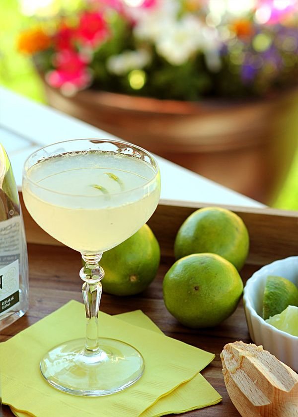 The Gimlet Cocktail - Simple, Old Fashioned and Delicious - Creative-Culinary.com #cocktails #gin #lime