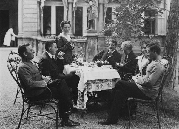 Kurt, Paul and Hermine Wittgenstein, from left, Max Salzer, Leopoldine Wittgenstein, Helene Salzer and Ludwig Wittgenstein at Neuwaldegg in Vienna, 1917.
