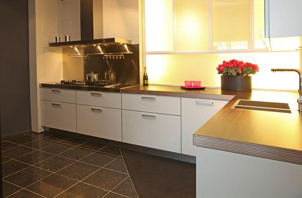 Witte Keuken Zwarte Plint : Zwarte Keuken Tegels ~ NanoPlague.net