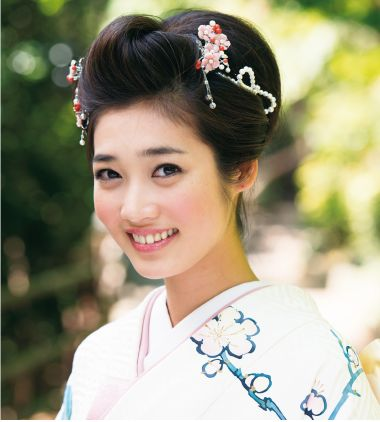 【和装】のためのお呼ばれヘアスタイル45選*着物に合う髪型と髪飾り で紹介している画像