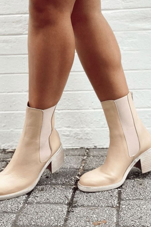 Elegant cappuccino-colored boots, Practical elastic band makes it easy to put on and take off