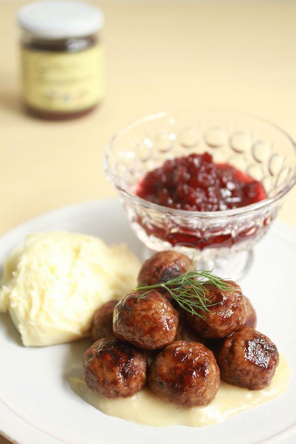 北欧の伝統食、ミートボール&マッシュポテト、リンゴンベリージャム添え。600円<取扱|アクアビットジャパン>