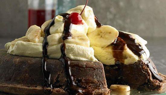 Upside-Down Banana Split Pie with Easy Fudge Sauce A warm and creamy