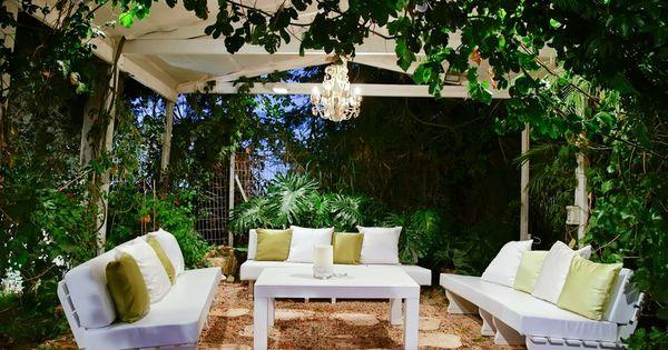 Großer Garten-pavillon Mit Weißen Patio-möbel, Umgeben Von ... Garten Pavillon Tropische Pflanzen
