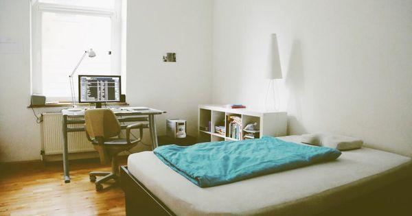 Minimalistisches Altbauzimmer Mit Parkettboden Grossem Bett