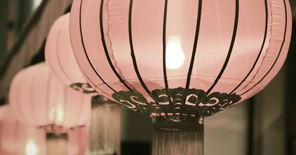 Pretty pink lanterns- so cute! Maybe a great way to decorate for