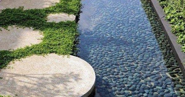 Espejos de agua con canto rodado negro para maximizar for Piedrecillas para jardin