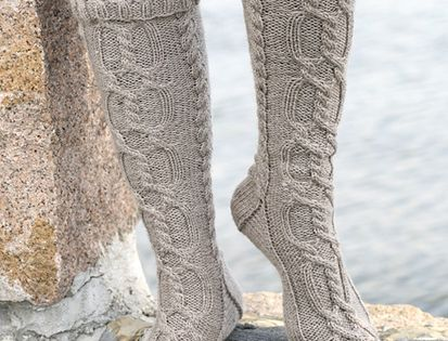 DROPS Design cable knit socks. Free knitting pattern.